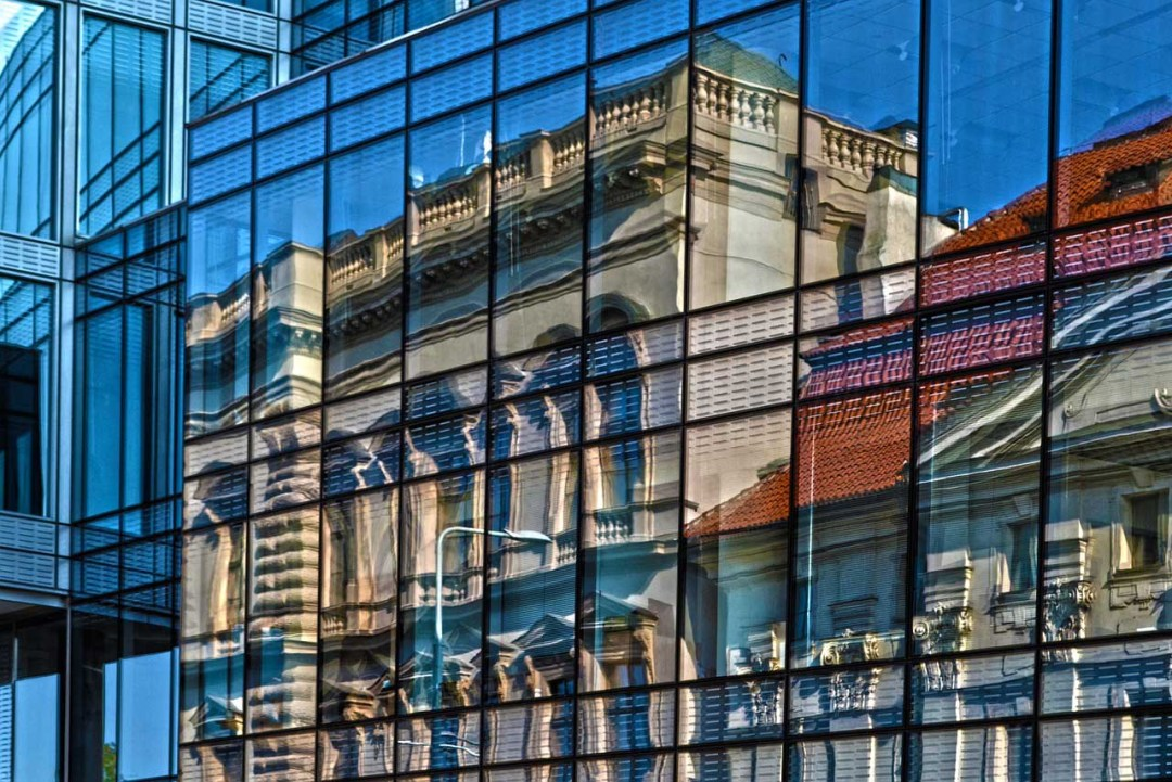 How to photograph a reflection in the city