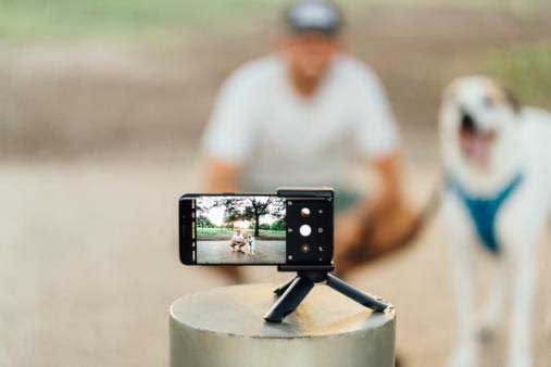 Adonit PhotoGrip is a tripod for smartphones, with Bluetooth shutter