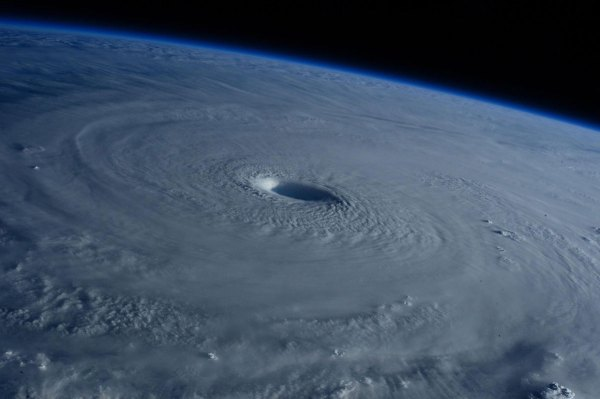 Cупертайфун «Майсак» - фото из космоса