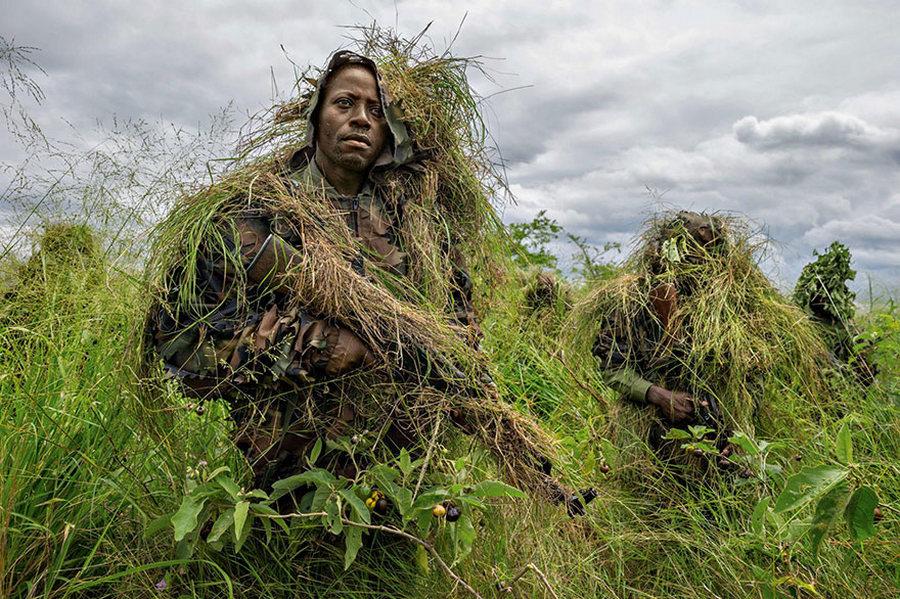 Зэвсэгт  бүлэглэлүүдийн халдлагаас сэрэмжилж Вирунгагийн цэцэрлэгт хүрээлэнг хамгаалж буй дайчид... /Гэрэл зургийг Брент Стиртон/