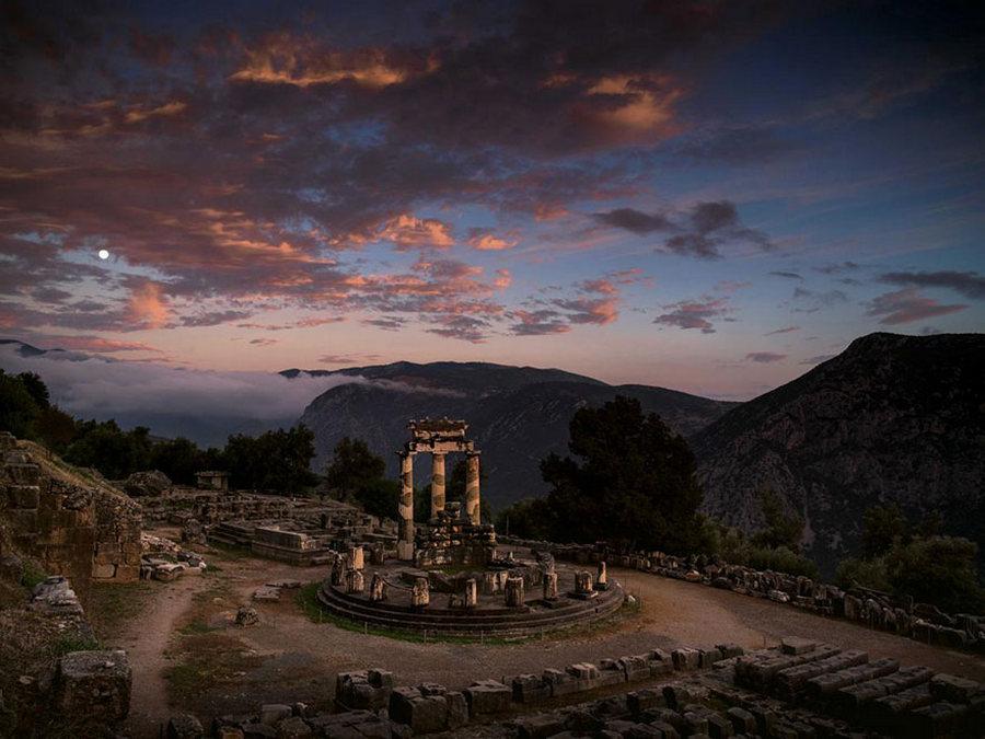 Грекийн Дельфи хот.  Афина Пронаиагийн сүм бүрэнхий болоход... /Гэрэл зургийг Винсент Ж/