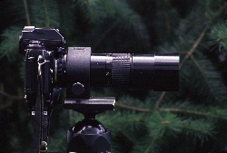 Built into the lens, the tripod collar fits directly onto the tripod head allowing the camera body to rotate easily.