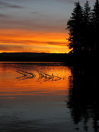 Sunrise over a mountain lake in the Oregon Cascade Mountains, photography by Lorelle VanFossen