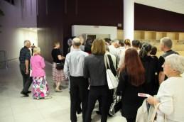 Publika pred vhodom v dvorano.