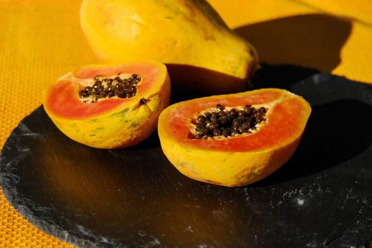 Papaya, Frucht mit Kernen