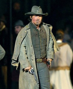 Josh Brolin interpretandoe 'Jonah Hex', 2009. O figurino tipico mostra o personagem usando todas as peças em jeans que foram usadas na guerra, inclusive o chapéeu onde se pode ver as armas do regimento ao qual pertencia.