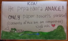 bilingual sign for paper towel bin