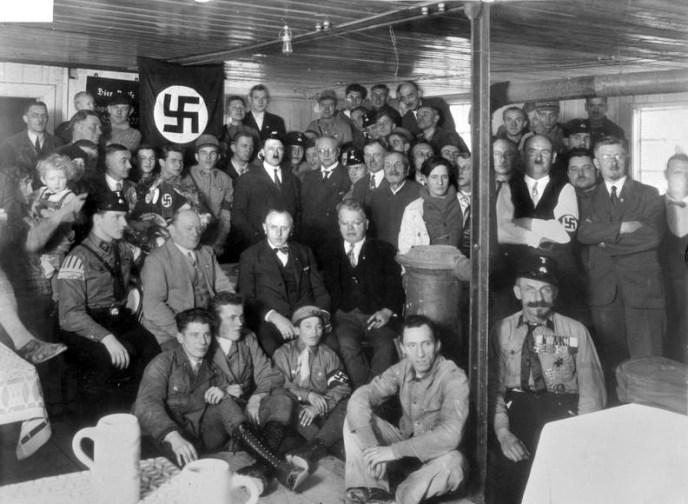 """Hitler und Schwarz bei der Einweihung des Umbaus des Palais Barlow in der Brienner Straße zum """"Braunen Haus"""", 1930"""