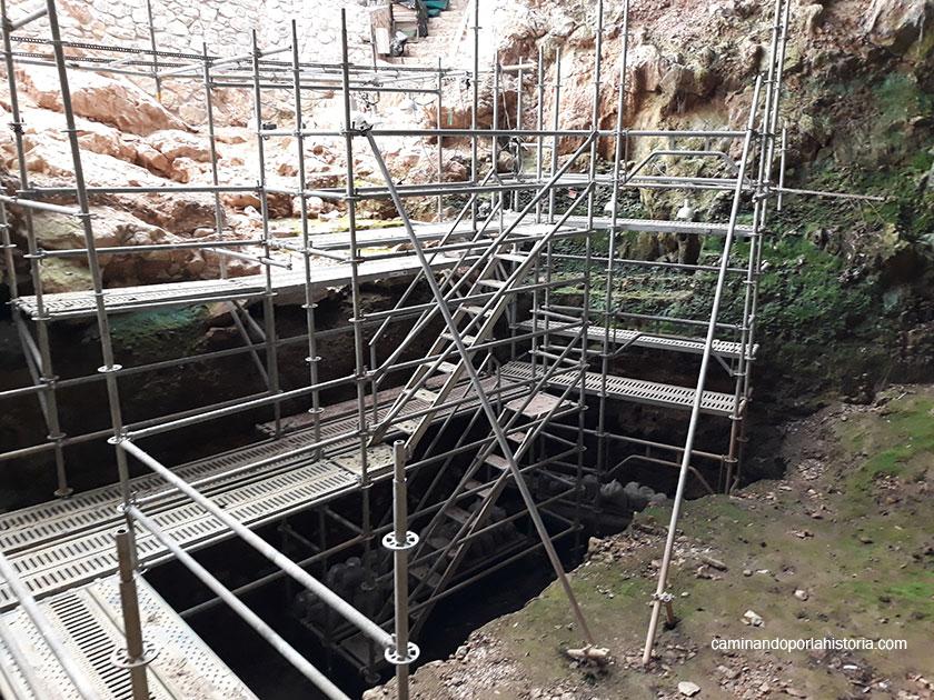 Las excavaciones en la entrada de la Cueva del Castillo, están dando noticias continuamente por la gran ocupación a la que que fue sometida en la prehistoria.