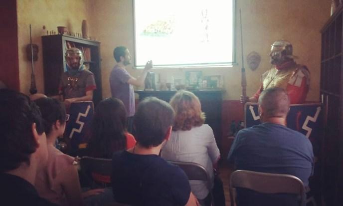 Uno de los eventos del primer encuentro de Divulgadores de historia, la conferencia de Sergio Alejo sobre los ejércitos romanos, acompañado de dos legionarios de Antiqva Clío.