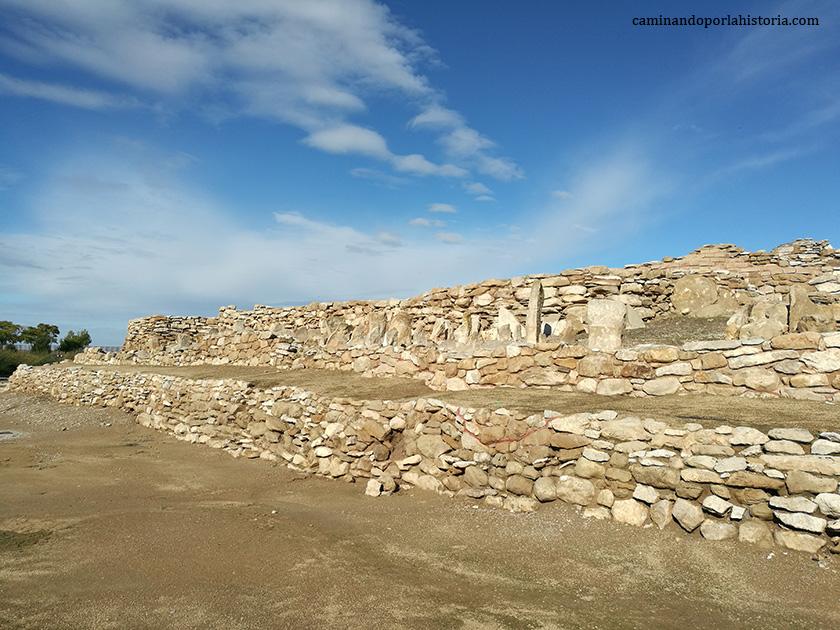 Restos de muralla donde se observa el campo frisio