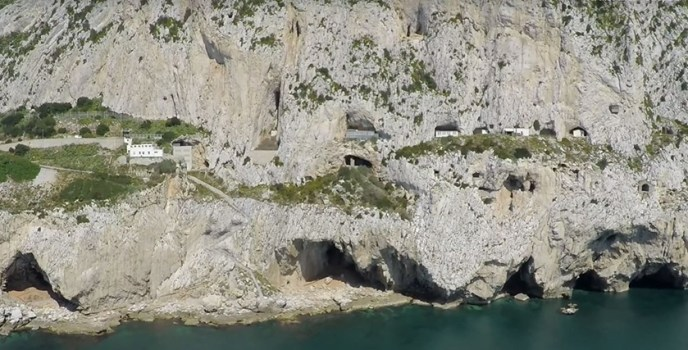 Roca caliza de Gibraltar con gran cantidad de cuevas.