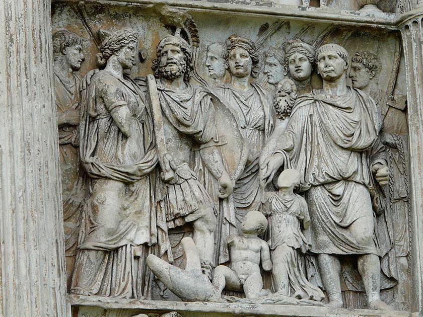 A la derecha Trajano en el Arco de Benevento.