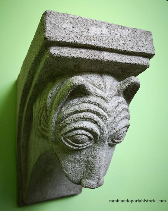 Capitel románico con una cabeza de lobo