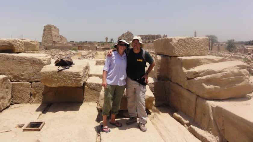 Sarah Parcak junto a su marido, también arqueólogo, en Luxor, Egipto.