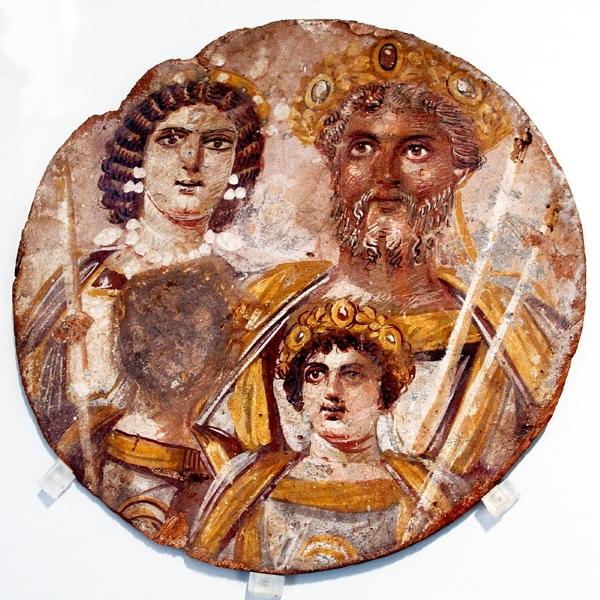 La familia Severo, Julia, Septimio y Caracalla. La cabeza borrada es de Geta.