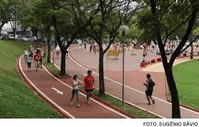 praça jk gente caminhando