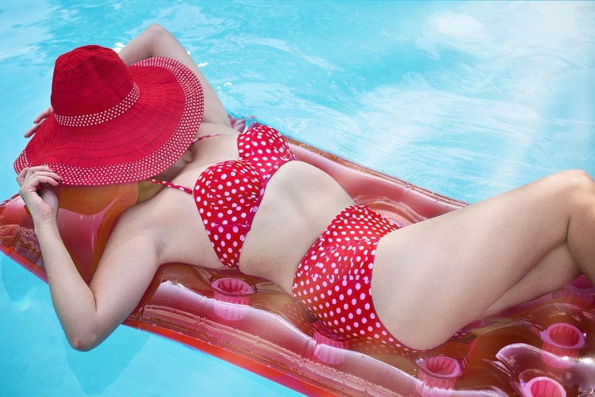 imagem-de-mulher-na-piscina