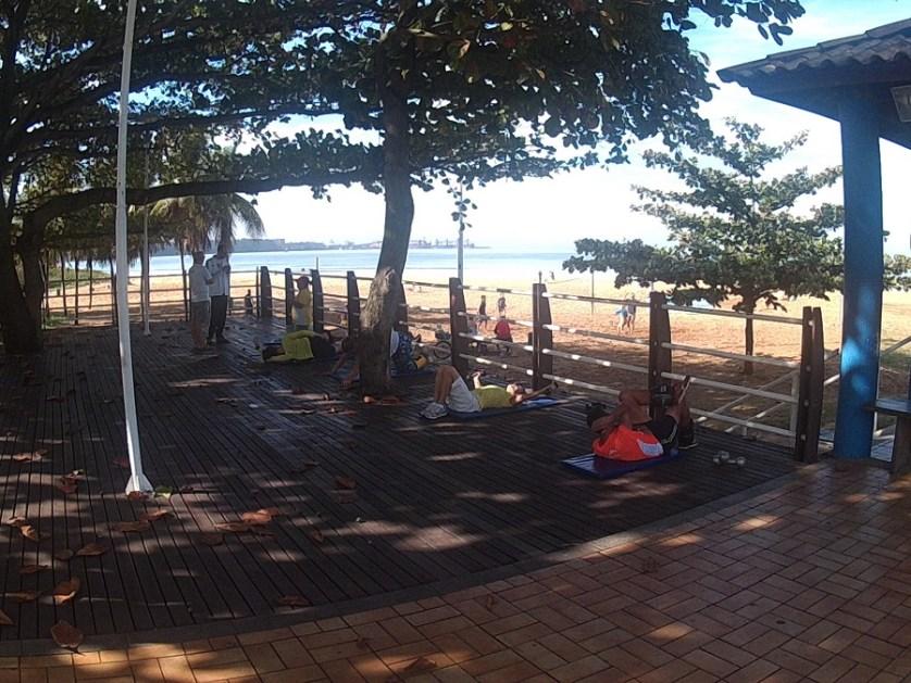 imagem-de-pessoas-fazendo-exercicios-na-beira-da-praia