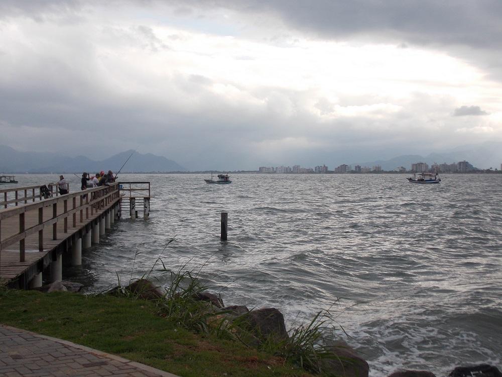 pier com varias pessoas pescando - Aventuras em Caragua – 05 de outubro de 2016