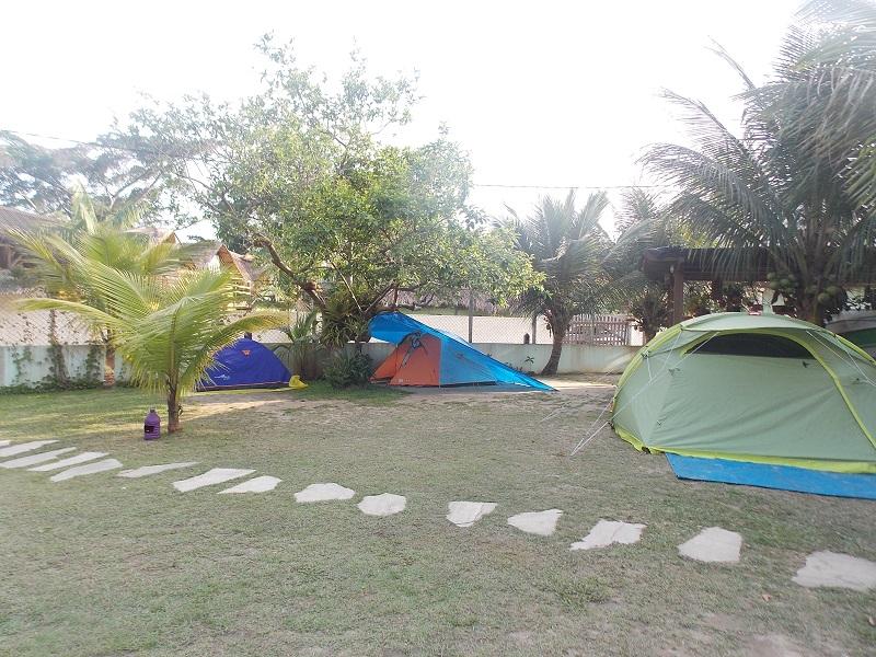 trindade e suas belezas naturais foto de barracas armadas na area de camping - Trindade. Belezas naturais praias e cachoeiras em harmonia.