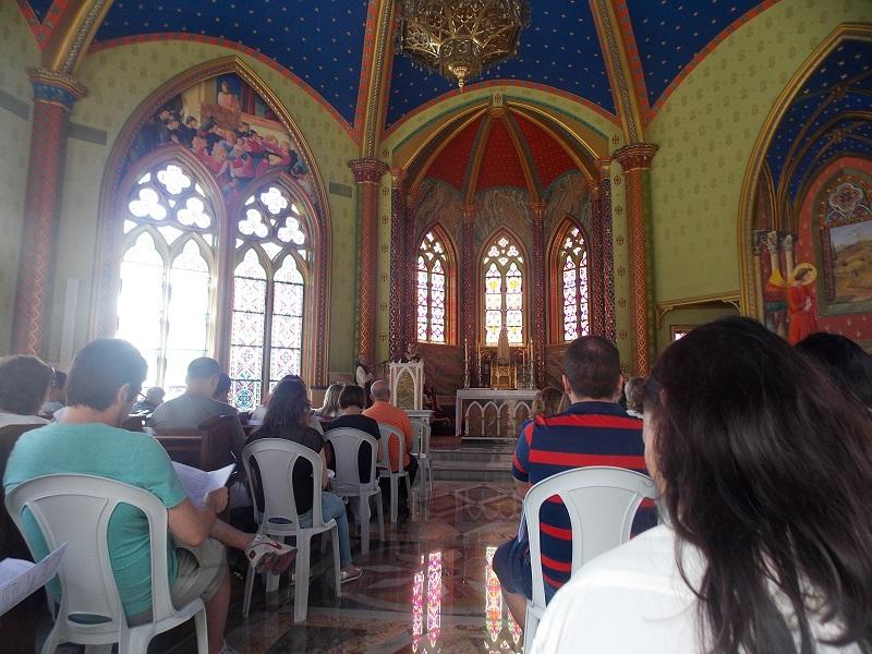 ubatuba ninguem dorme parte 2foto de dentro da igreja na hora da missa - Ubatuba ninguém dorme – Parte II