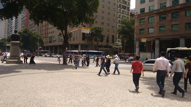 conhecendo o centro foto de pessoas atravessando rua - Museu do Amanhã e centro do Rio de janeiro. Lindo.