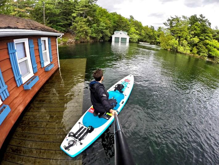 Casas alagadas, devido ao alto nível da água no lago Ontário