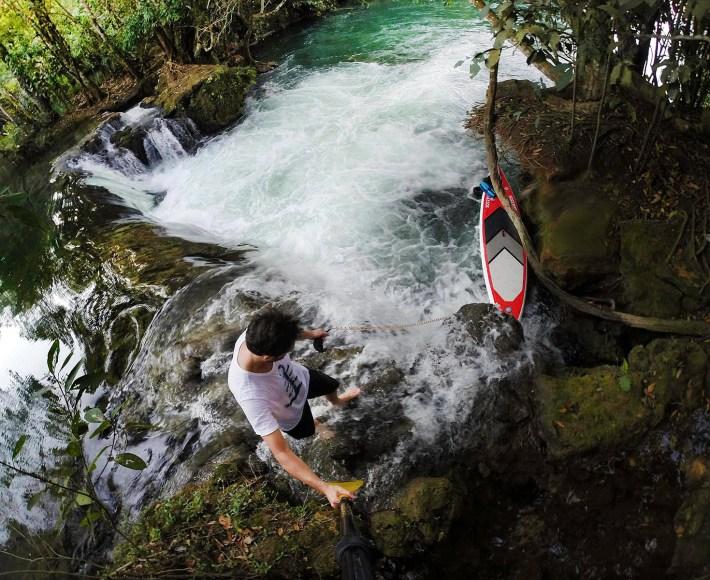 Descendo a prancha pela cachoeira