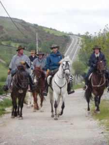 馬で巡礼する人