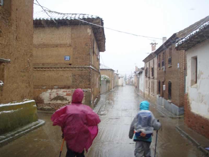 513 サアグーン 雨の中、1.2 町 後ろ サンティアゴ巡礼