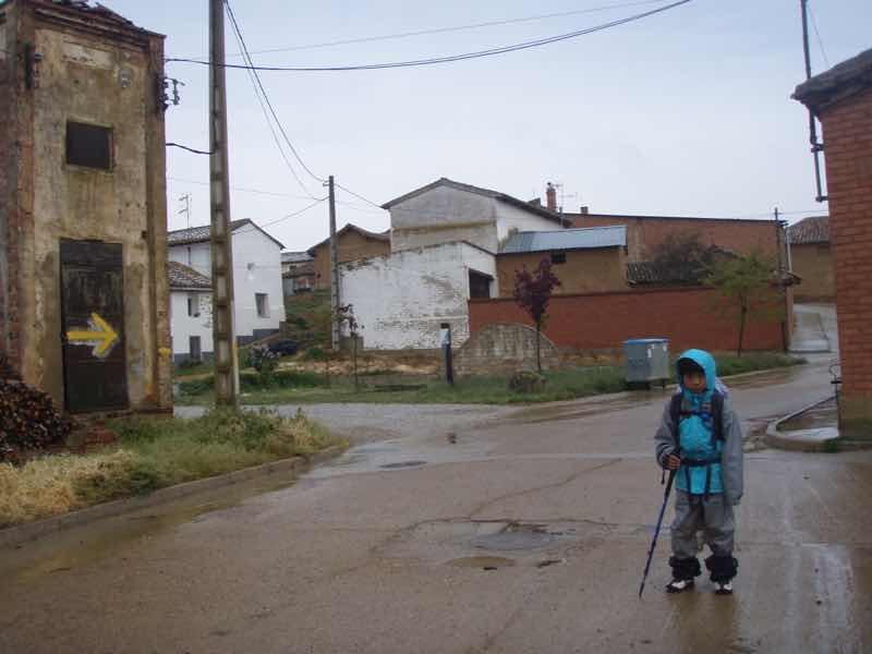 513 サアグーン 雨中、町2正面 サンティアゴ巡礼