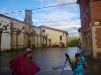 503 スペイン巡礼 サンティアゴ巡礼 カミーノ アルベルゲ トサントスむかう町並み12晴れた