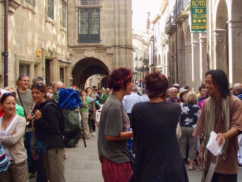 606サンティアゴ Santiago Camino 巡礼事務所 並ぶ人p
