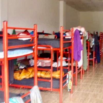 608スペイン巡礼アルベルゲ ベッド 赤パイプ