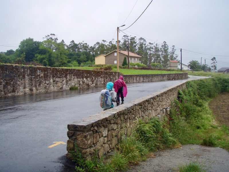 608サンティアゴ巡礼 道雨 塀石造り12 カミーノ アス・マロナス