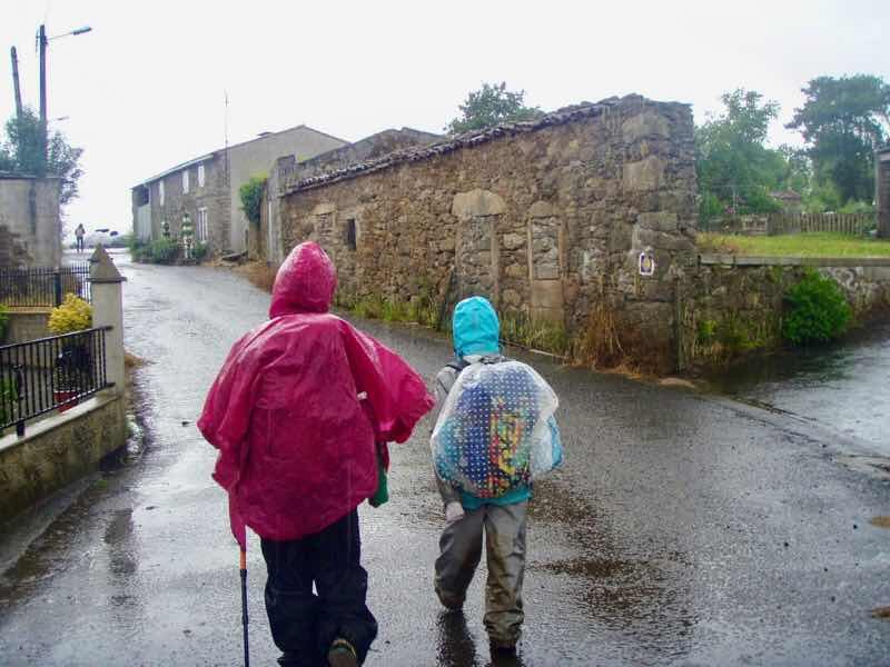 608サンティアゴ巡礼 道雨 石造り12 カミーノ アス・マロナス