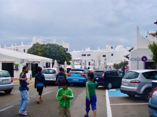 618メノルカ島Menorca 白い街駐車場