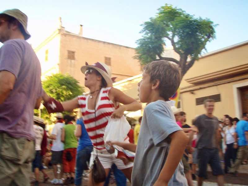 623メノルカ島 サン•フアン 馬祭り Menorca シウタデラ ヘーゼルナッツ投げ女性