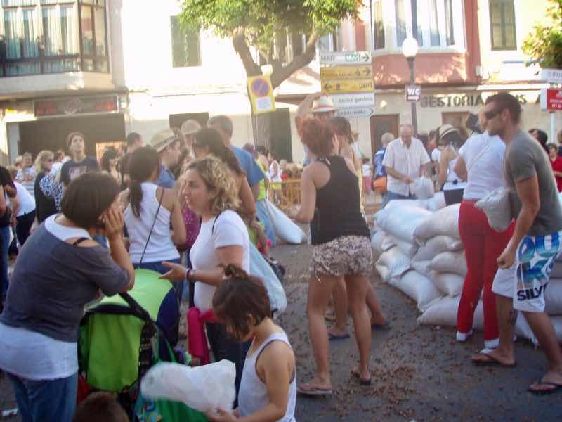 623メノルカ島 サン•フアン 馬祭り Menorca シウタデラ ヘーゼルナッツ投げ大袋右後ろ