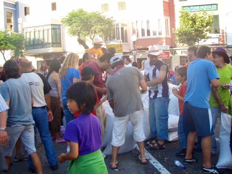623メノルカ島 サン•フアン 馬祭り Menorca シウタデラ ヘーゼルナッツ投げ大袋後ろ