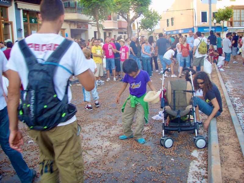 623メノルカ島 サン•フアン 馬祭り Menorca シウタデラ ヘーゼルナッツ投げ2群衆