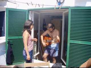 623メノルカ島 Menorca h1ギター弾く