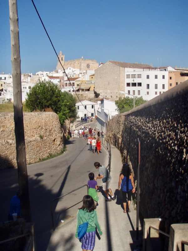 623メノルカ島 サン•フアン 馬祭りへ向かうMenorca 街