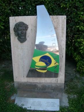 Monumento en memoria de Senna en el Circuit de Catalunya