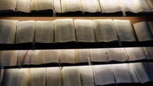 Zahlreiche Bibeln in verschiedenen Sprachen.