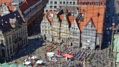 Bremens gute Stube aus der Vogelperspektive: Vom Turm des Doms aus bietet sich ein prächtiger Blick auf den Markt mit der Handelskammer am linken Bildrand.