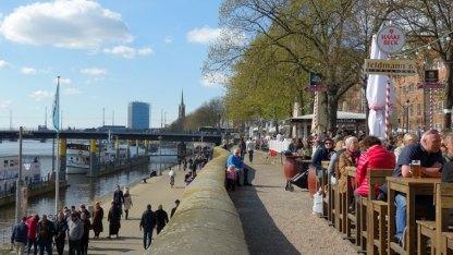 Die Schlachte, einst der Flusshafen an de Weser, bietet heute zahlreiche Restaurants, Bars und Kneipen am und auf dem Wasser. Im Dezember sorgt der Weihnachtsmarkt Schlachtezauber für maritime Feststimmung.
