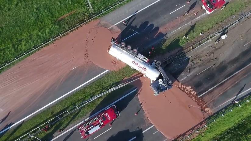 ¡Insólito! Accidente de camión deja carretera de llena de chocolate