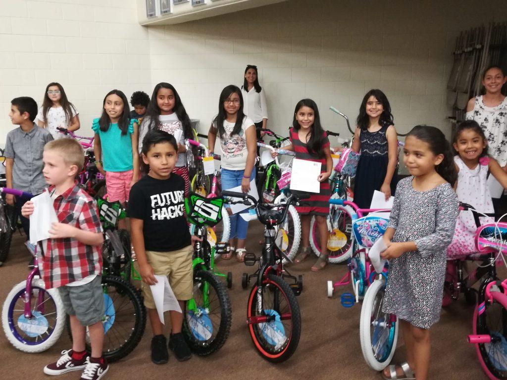 Santa Teresa Charitable Foundation entrega 20 bicicletas a alumnos destacados